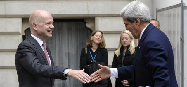 John Kerry saluda a William Hague en la entrada del Foreign Office en Londres.   Reuters
