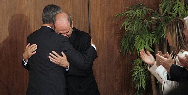 José Antonio Griñán y Manuel Chaves se abrazan cuando el primero relevó al segundo en la Presidencia de la Junta. E. Lobato