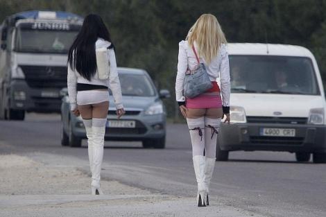 Dos prostitutas en espera de clientes en la vía pública | Benito Pajares.