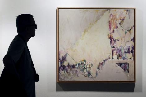 Un hombre pasa ante una de las obras de Fernando Almela en el IVAM.   Efe