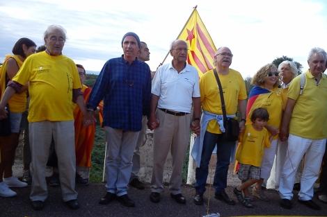 De izquierda a derecha, Carles Santos, Lluís Llach, Pere Portabella y Josep Lluís Carod-Rovira, forman la cadena humana entre Vinaròs y Alcanar. | E. Fonollosa | N. Sanz