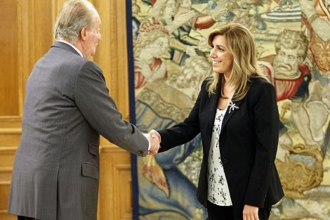 Susana Díaz saluda a Don Juan Carlos en la recepción del palacio de la Zarzuela. | C. Barajas