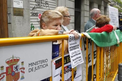 Afectados por las preferentes protestan frente a la Audiencia Nacional.   Sergio González