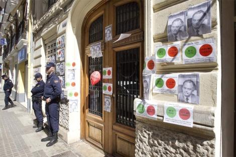 Portal de la vivienda de González Pons en Valencia, durante el escrache. | B. Pajares