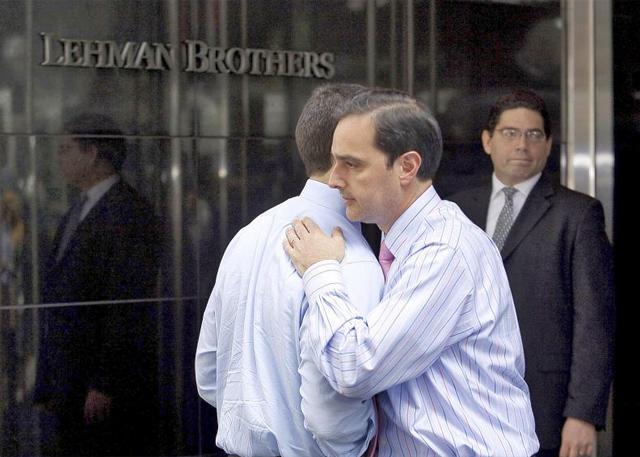 Dos empleados de Lehman Brothers se abrazan. | Afp