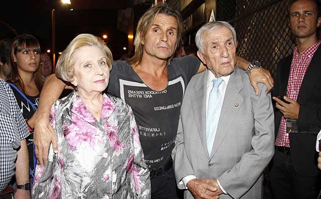 Nacho Cano y sus padres, a las puertas del teatro.   Gtres