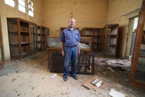 El director del museo, Ahmed Abusabur, en una de las salas saqueadas. | F. Carrión