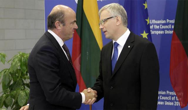 Luis de Guindos estrecha la mano de su homólogo lituano, Rimantas Sadzius, | Efe