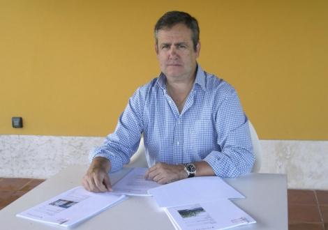 Pepe Vinagre con los documentos de su herencia 'envenenada'. | E. M.
