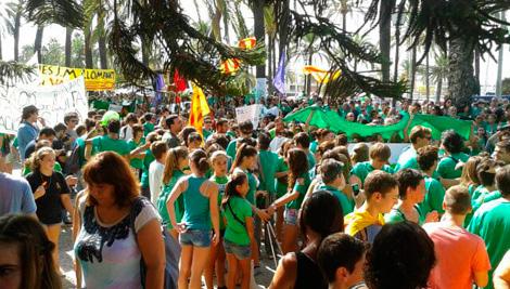 Manifestantes en la concentración frente al Consolat de Palma. | Julia M.