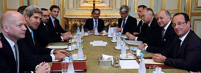 Hollande (derecha), en su encuentro en París con Hague y Kerry (ambos a la izquierda). | Afp