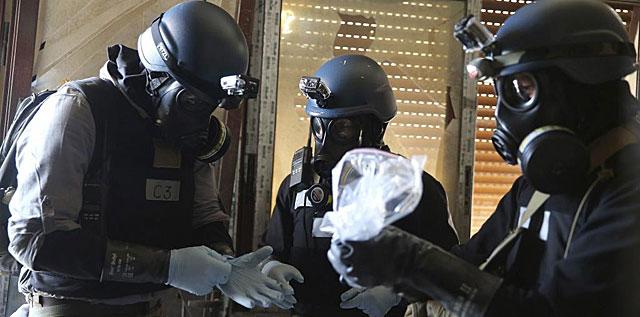 Inspectores de la ONU recogen muestras durante su investigación a las afueras de Damasco. | Reuters