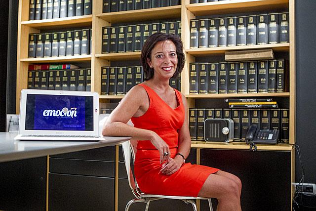 La emprendedora Ana Santos en la oficina de Emoción7 en Bilbao. | Araba Press