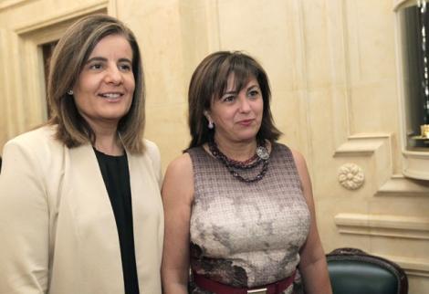 La ministra de Empleo, Fátima Báñez, junto a la presidenta de Siemens, Rosa García, en el Foro España Innova.   Efe