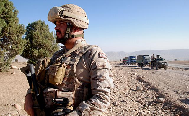 Un militar español vigila la carretera durante una parada de un convoy de repliegue de Qala-e-now a Herat.   M. B.