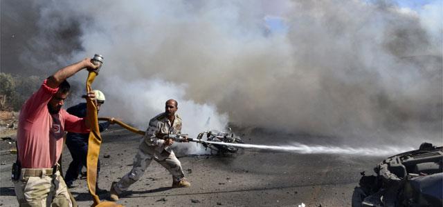 Varios hombres apagan el fuego tras la explosión Bab al Hawa.  Reuters