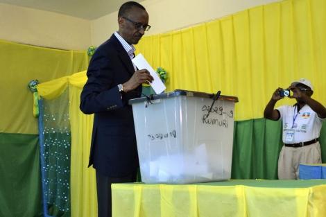 El presidente ruandés, Paul Kagame, vota en una colegio electoral de Kigali. | Reuters