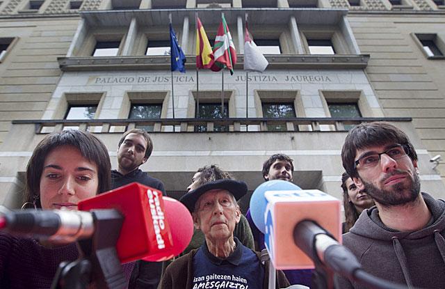 Perico Solaberria, en el centro, frente al Palacio de Justicia. | Araba Press