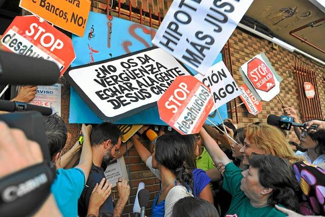 Vecinos de Ciudad Lineal contra un desahucio en Madrid. | Efe