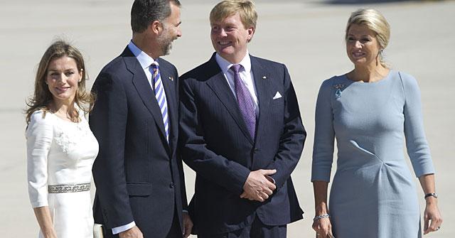 Los príncipes de Asturias han recibido a los reyes de Holanda. | AFP VEA MÁS FOTOS