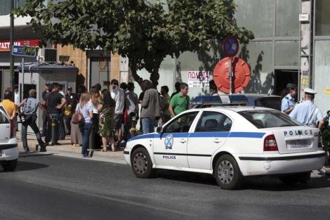 La policía llega a la sede del partido Amanecer Dorado.   Efe