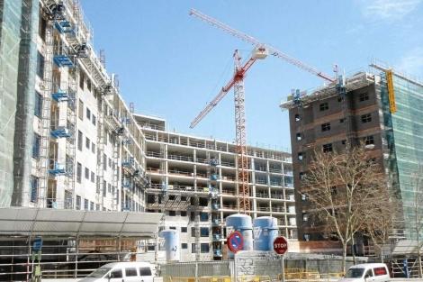Imagen de archivo de bloques de pisos en construcción en Madrid.   J. F. L.