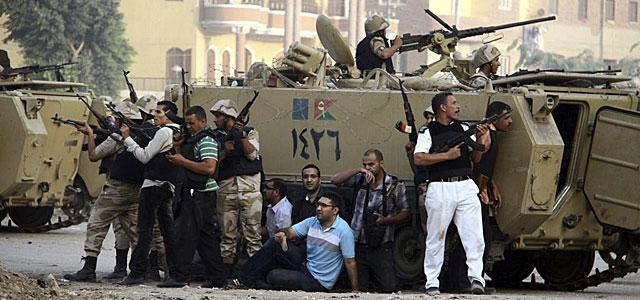 Soldados egipcios y periodistas locales. | EFE VEA MÁS FOTOS