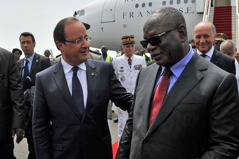 Hollande es recibido por el presidente Keita en Bamako.| Afp