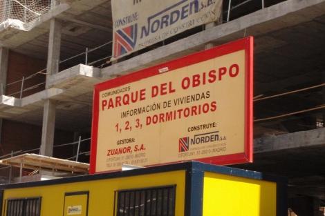 Cartel de una promoción en construcción de pisos en venta. | ELMUNDO.es