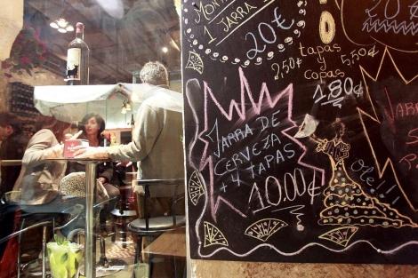 Un bar de 'tapas' en el casco antiguo de Alicante. | E.C.