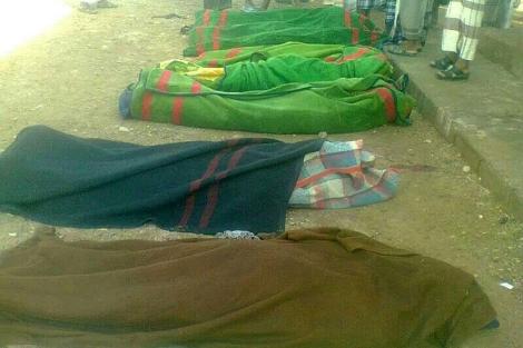 Los cuerpos de las víctimas son cubiertos con mantas. | Reuters
