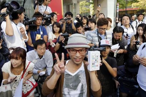 Grandes colas para adquirir los nuevos modelos de iPhone en Japón | Navegante | elmundo.es