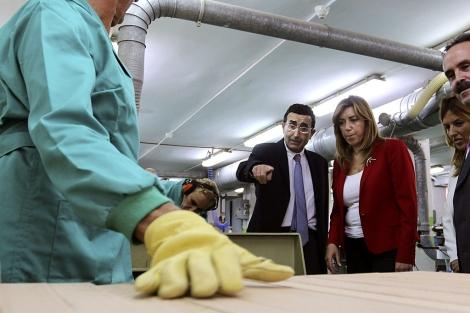 Susana Díaz durante una visita a un centro de atención a discapacitados de Almería. | Efe