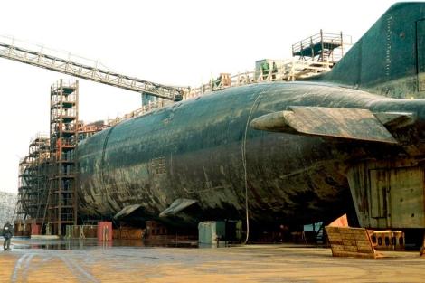 Los restos del 'Kursk', en el puerto polar de Rosliakovo (Rusia).