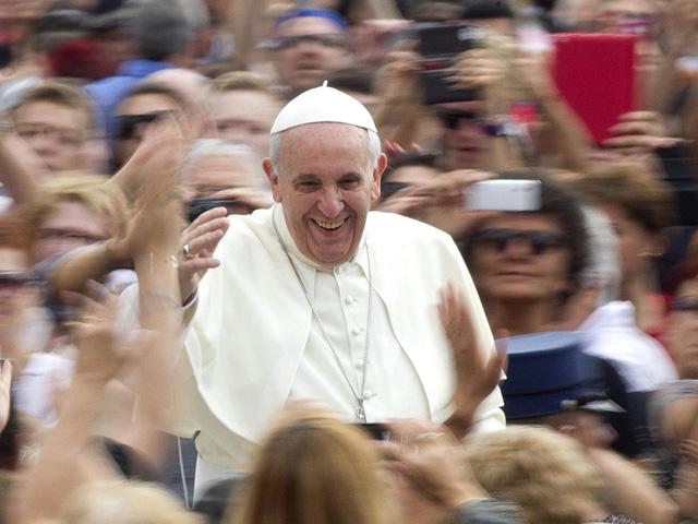 El Papa Francisco saluda a sus fieles durante una audiencia en el Vaticano. | Cluadio Peri / Efe