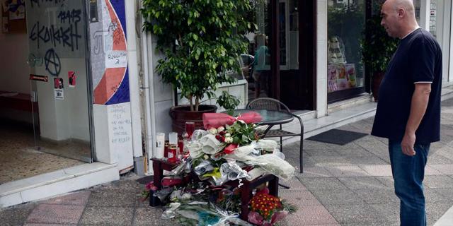 Un transeúnte observa el lugar donde fue asesinado Fyssas, en Atenas. | Afp