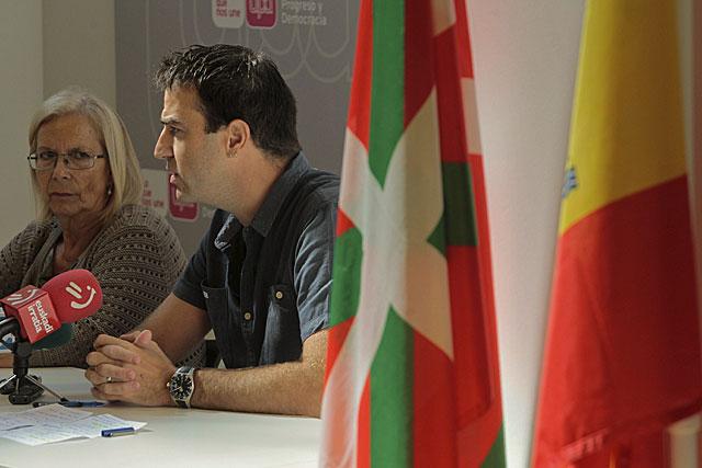 El parlamentario de UPyD Gorka Maneiro en la comparecencia en San Sebastián. |Araba Press