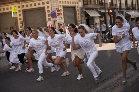Las participantes en la carrera solidaria en beneficio de la Cruz Roja . | Efe