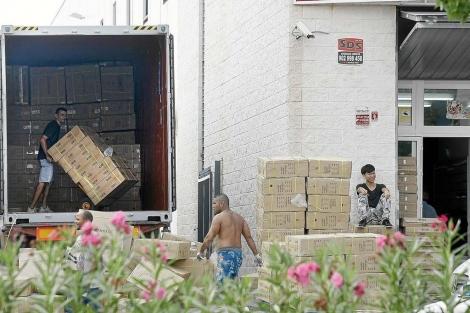 Trabajadores en una empresa del polígono de Carrús, en Elche.   Manuel Lorenzo