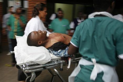 Un herido en el tiroteo es atendido en el hospital.   Afp