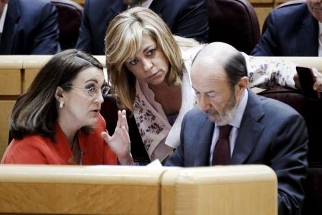 Soraya Rodríguez, Elena Valenciano y Rubalcaba comparten impresiones en el Senado. |Efe