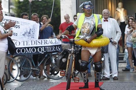 Uno de los modelos de esta crítica pasarela de moda ciclista   José Cuéllar
