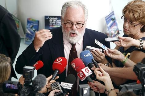 Miguel Arias Cañete ante los micrófonos de los medios de comunicación. | J. Cuéllar