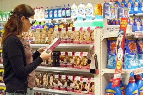 Consumidora con las gafas del 'eye tracking' en el shopperlab de Henkel | Henkel Ibérica