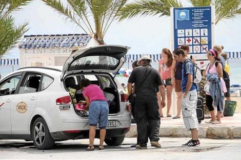 Unos turistas cogen un taxi en Benidorm.   El Mundo