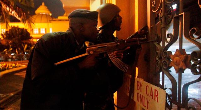 Policías keniatas esta noche en una de las puertas del centro comercial. | Efe