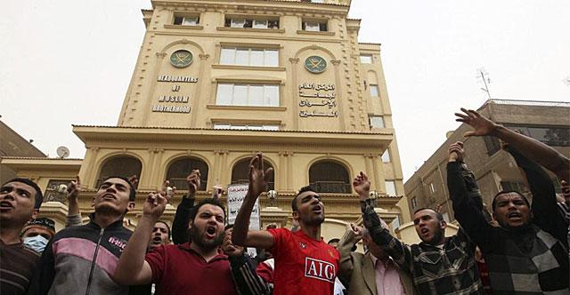 Simpatizantes de los Hermanos Musulmanes, ayer, en El Cairo.| Efe