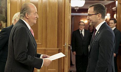 El Rey, junto al embajador de EEUU. | Ángel Díaz / Efe