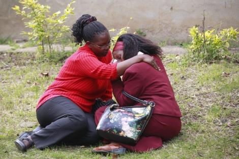 Dos mujeres se consuelan tras la tragedia del centro comercial en Nairobi.   Reuters