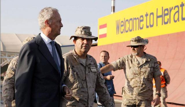 Morenés, a su llegada a la base de Herat.   Efe